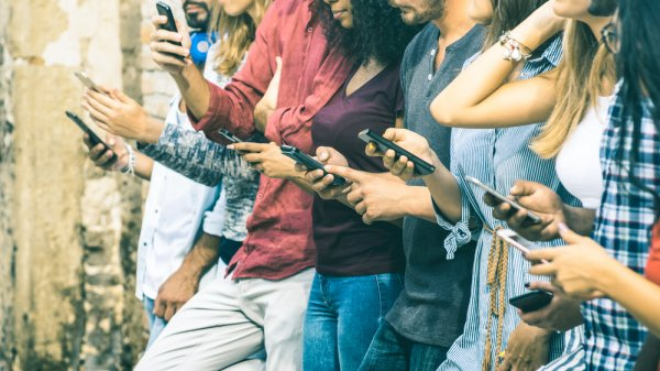 Banyak Dicari! Ini 10 Handphone yang Harga Jualnya Masih Tinggi