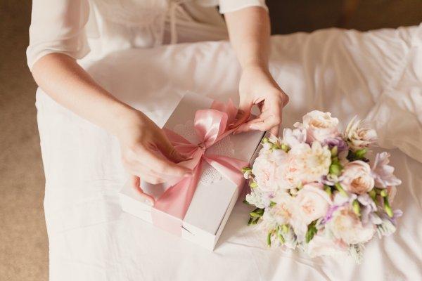 10 Persembahan Kado Pernikahan Terbaik Untuk Kakak Perempuan Tersayang Di Hari Istimewanya