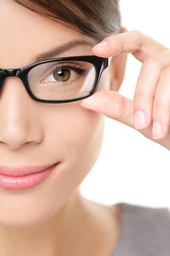 Jangan Keluar Rumah Kalau Belum Pakai 10 Pilihan Kacamata Gaul Terbaru 2018  Ini! 80c90cb308