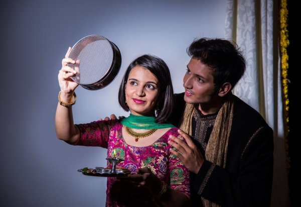 Make Your Wife Feel Like a Queen This Karva Chauth: 7 Gift Ideas and Tips on Wooing Your Wife + Gifts for Mother-in-Law (2019)