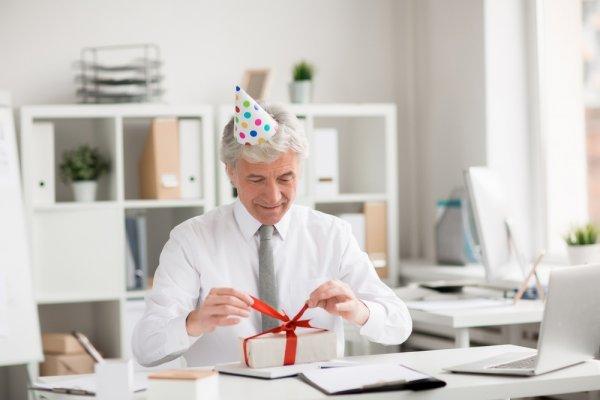 9 Rekomendasi Kado Perpisahan untuk Atasan yang Bermanfaat dan Akan Membuatnya Terkenang dengan Anda