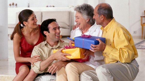 अपने माता पिता को उनकी सालगिरह पर यह 10 उपहार दे, जोकि एकदम अलग और कुछ हटके हैं और आपके माता-पिता को भी काफी पसंद आएंगे ।(2020)