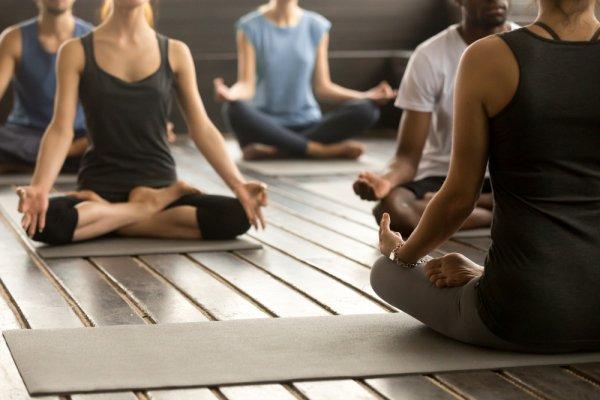 Mau Yoga di Rumah? Siapkan Saja 8 Rekomendasi Perlengkapan Yoga Ini