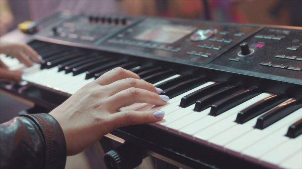10 Rekomendasi Keyboard Musik Terbaik untuk Pemula dan Profesional (2021)