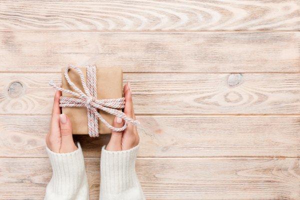 10 Rekomendasi Hadiah Sidang Skripsi Tak Terlupakan untuk Sahabat Dekatmu