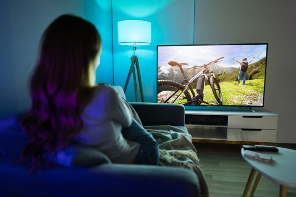 Suka Nonton Film Sendirian? Manjakan Mata dengan 10 Rekomendasi TV LED 32 Inch Terbaik (2021)