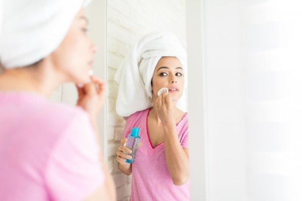 Cleansing oil berguna untuk membersihkan make-up dan kotoran di wajah