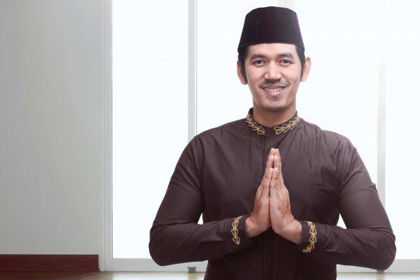 Suka Cita Menyambut Lebaran dengan Beragam Baju Muslim Pria Keren