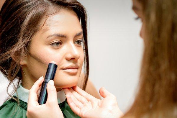 ऑयली स्किन के लिए 10 बेस्ट फ़ाउंडेशन जो वास्तव में आपके चेहरे को चमकदार बनाए रखेंगे।