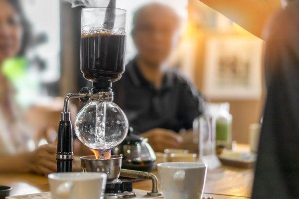 Dapatkan Segelas Kopi Nikmat dan Mantap dengan Bantuan 10 Coffee Maker Rekomendasi BP-Guide