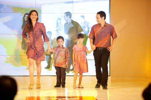 10 Rekomendasi Baju Batik Couple agar Lebih Kompak dengan Pasangan (2020)