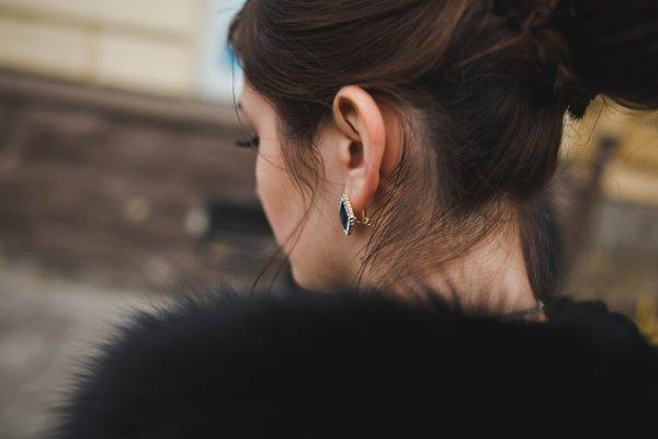 Tips Memilih Anting-anting Sesuai Model Rambut dan 10 Rekomendasi Anting-anting Hitam Manis untuk Mempercantik Penampilanmu