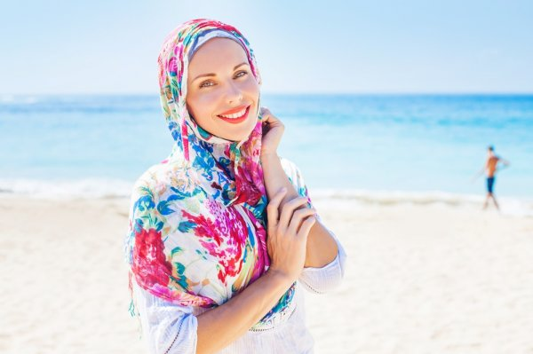 Bikin Kamu Tampil Anggun dengan 9 Rekomendasi Jilbab Motif Bunga dan Tips Padu Padannya Ala Selebriti dan Selebgram