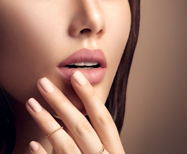 Bibir Kering Tetapi Tetap Ingin Memakai Lipstik? Tenang, 10 Rekomendasi Lipstik Ini Bikin Bibir Tetap Lembap dan Indah