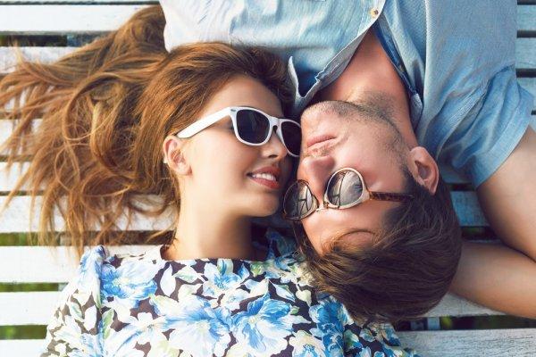 Tampil Serasi Bersama Pasangan? Cobalah 10 Padu Padan Baju Couple Ala Pasangan Selebriti Ini, Pasti Tampilan Makin Keren