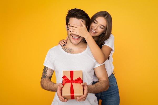 10 Rekomendasi Kado Ulang Tahun Pacar Pria yang Menarik untuk Bahagiakan si Dia (2021)