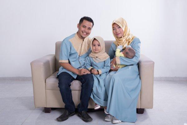 9 Inspirasi Model Baju Kembaran dengan Keluarga dari para Artis yang Wajib Kamu Tiru!