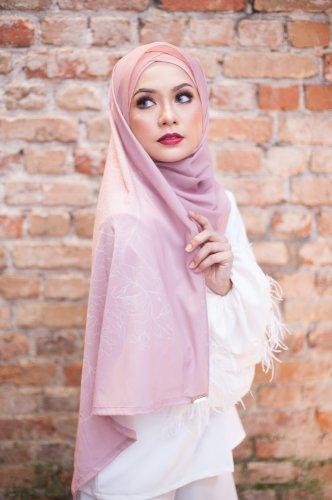 Simple dan Chic, Style Hijab Ala 6 Artis Muda Milenial Ini Bikin Tampilanmu Makin Hits