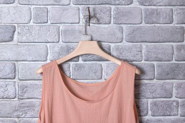10 Rekomendasi Baju Warna Peach untuk Kesan Lebih Ceria dan Bersemangat