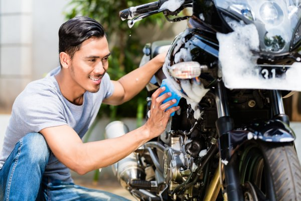 9 Rekomendasi Sampo Cuci Motor Terbaik supaya Motor Tetap Bersih dan Kinclong