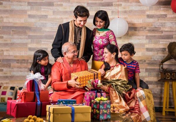 Di Hari Spesialnya, Inilah 9+ Kado Anniversary Pernikahan Orang Tua Yang Terbaik (2018)