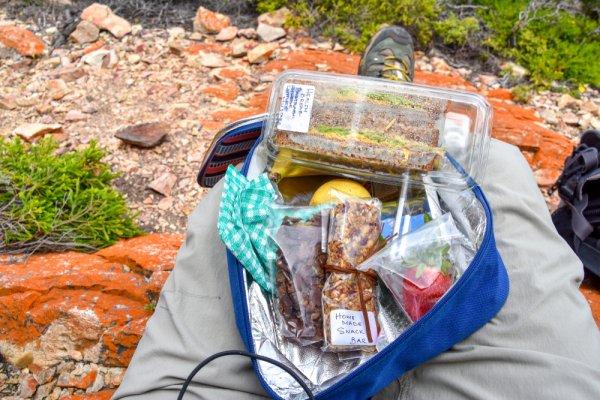 Mau Bepergian? Jangan Lupa Bawa 10 Rekomendasi Makanan Tahan Lama Ini untuk Traveling (2021)