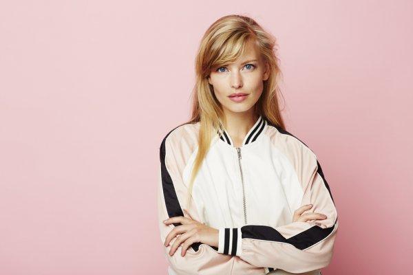 Simpel dan Trendi, 5 Selebriti Ini Cocok Banget Mengenakan Jaket Varsity dan 10 Rekomendasi Jaket Varsity untuk Pria dan Wanita yang Fashionable