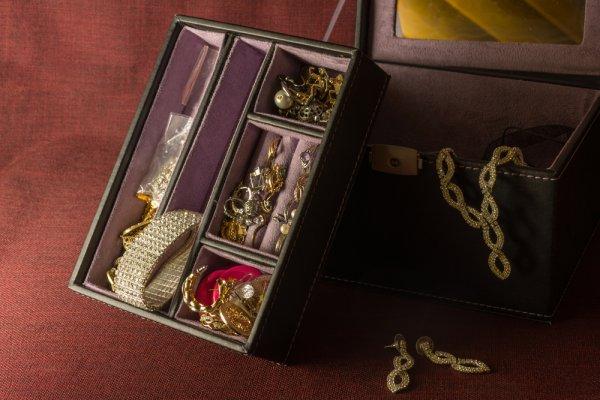 Simpan Perhiasan Berharga Anda di Dalam 6 Rekomendasi Kotak Perhiasan Ini