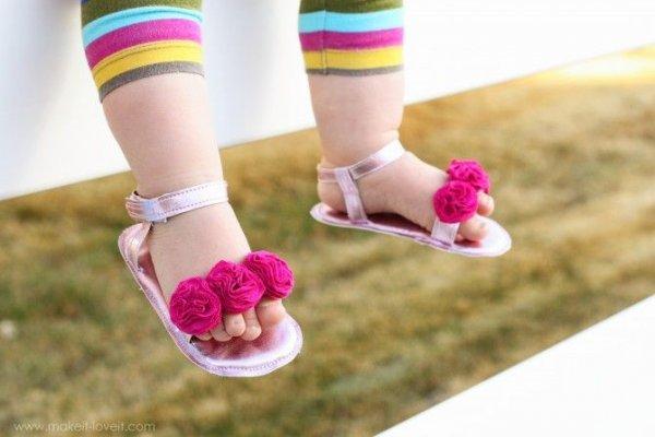 Bayi Anda sudah Belajar Berjalan? Baca Dulu Tips dan 9 Rekomendasi Sepatu Sandal Terbaik untuk Bayi Usia 1 Tahun agar Tidak Salah Pilih