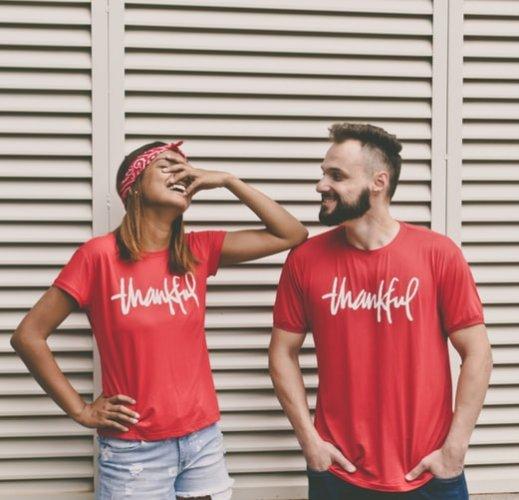 Tampil Kompak Tanpa Norak? Inilah 10 Rekomendasi Baju Couple yang Kece untuk Anda dan Pasangan (2019)