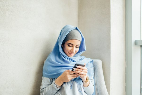 Anggun dengan 10 Pilihan Baju Muslim Brokat yang Menawan