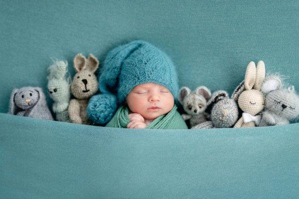 Etika Menjenguk Bayi di Era New Normal dan 10 Rekomendasi Kado Bayi Baru Lahir (2021)