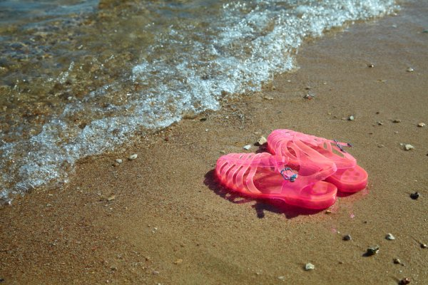 Mau Pakai Sandal Jelly yang Awet dan Trendi? Ini Dia 8 Rekomendasinya!