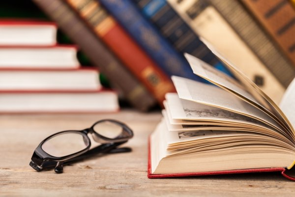Membaca Buku Lama, Kenapa Nggak? 10 Rekomendasi Buku Lama Ini Punya Pesan Moral yang Sangat Menyentuh Lho!