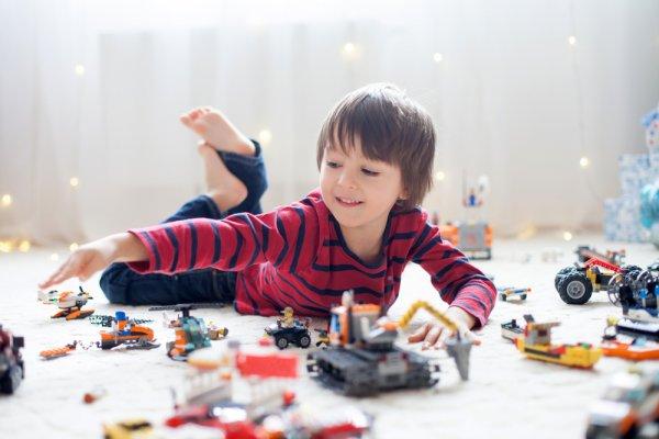 8 Rekomendasi Mainan Anak Laki-Laki yang Cocok untuk Tumbuh Kembangnya
