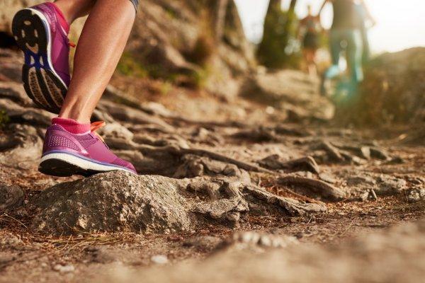 8+ Sepatu Gunung Wanita Recommended dan Cara Memilih yang Paling Pas