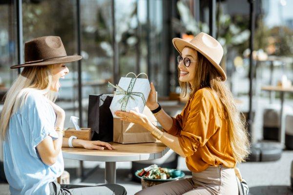 Cari Hadiah yang Kreatif? Cek 10 Ide Kado untuk Sahabat yang Paling Spesial (2020)