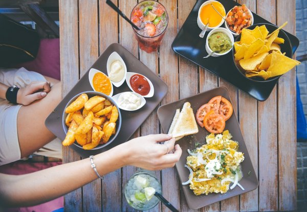 10 Makanan yang Harus Dihindari jika Tidak Ingin Wajah Menjadi Berjerawat