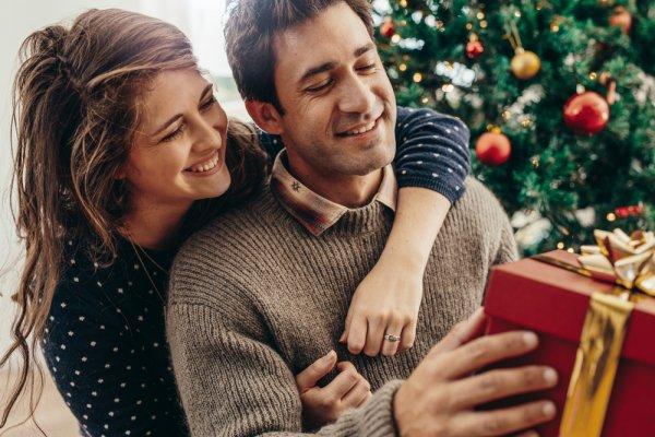 7 Inspirasi Kado Anniversary buat Suami yang Berkesan dan Bermanfaat (2020)