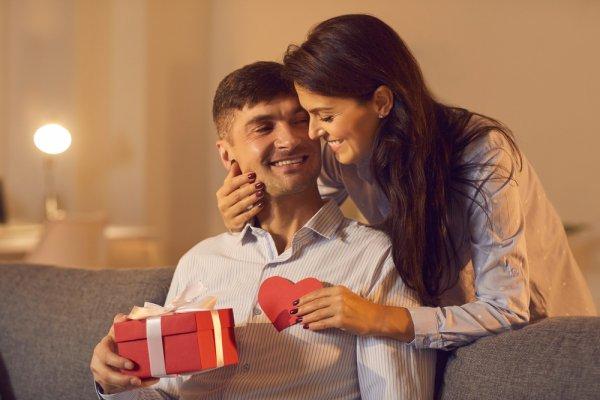 10 gợi ý tặng quà cho chồng kỷ niệm ngày cưới ý nghĩa nhất (năm 2021)
