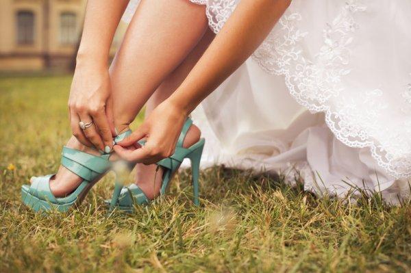 7 Rekomendasi Sandal Kondangan Terbaru Ini akan Membuatmu Tampak Elegan dan Menawan