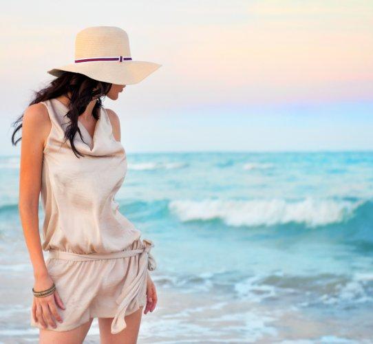 Girls, Bingung Cari Busana yang Pas untuk Liburan di Pantai? Simak Yuk 10 Rekomendasi Item Fesyen Berikut!