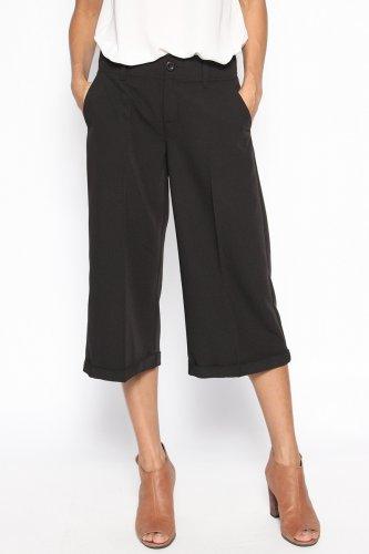 Tampil Kekinian dengan Gaya Vintage? Coba Padukan Atasan dengan 10+ Celana 3/4 Wanita Ini