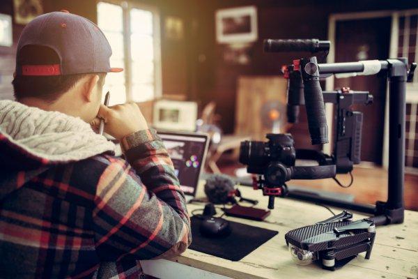 Mau Jadi YouTuber Sukses ? Ini 10 Rekomendasi Perlengkapan YouTuber yang Harus Kamu Miliki