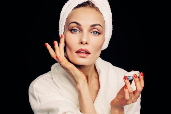 Jaga Kecantikan Kulitmu dengan 10 Rekomendasi Krim Anti-Aging yang Membuat Kulit Wajah Awet Muda bagi Wanita Usia 40 Tahun ke Atas