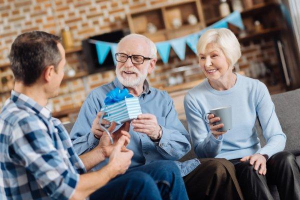 Yuk, Bikin Orang Tua Makin Bahagia dengan 10 Rekomendasi Kado Pernikahan ke-50 yang Berkesan (2020)