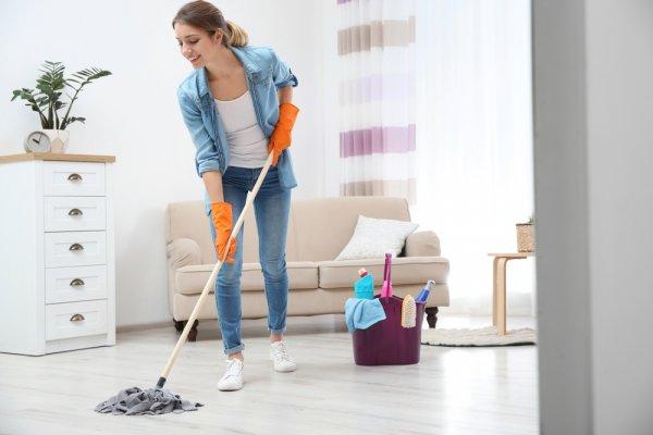 Jaga Lantai Rumah Tetap Bersih dan Mengkilap dengan 9 Rekomendasi Pembersih Keramik yang Efektif Menghilangkan Noda