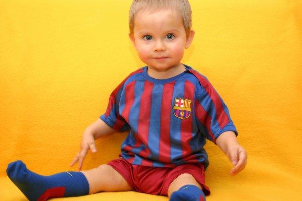 Ajak Si Buah Hati Menyaksikan Serunya Pertandingan Sepak Bola Sambil Memakai Salah Satu dari 10 Baju Bola Bayi yang Sporty