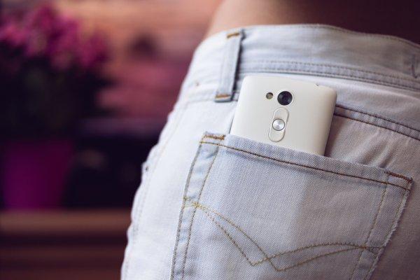 Trend Celana Jeans Wanita Warna Putih Terbaru dengan 6 Merek Populernya