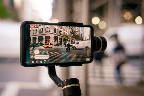 Ingin Menjadi YouTuber? Ini 10 Rekomendasi Stabilizer HP untuk Menghasilkan Gambar Video Berkualitas Layaknya Profesional (2020)